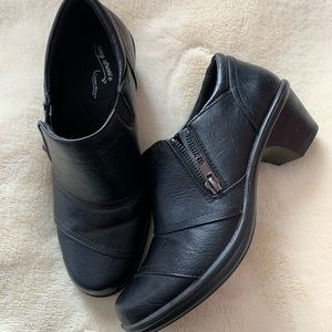 Ladies black bootie shoes, low heel 7W.  Perfect
